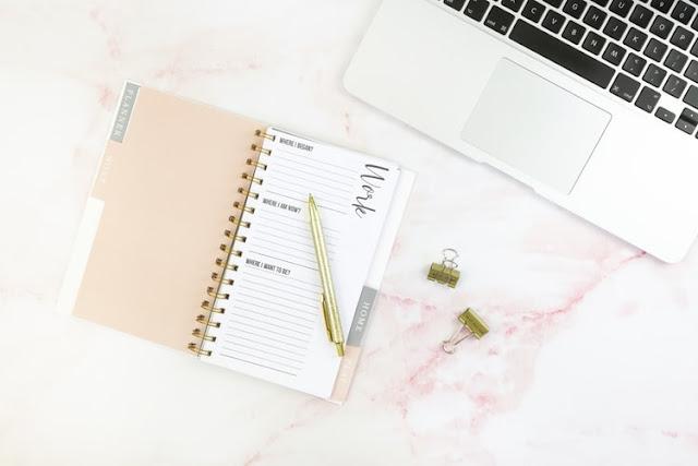 kalendarz laptop na różowym tle
