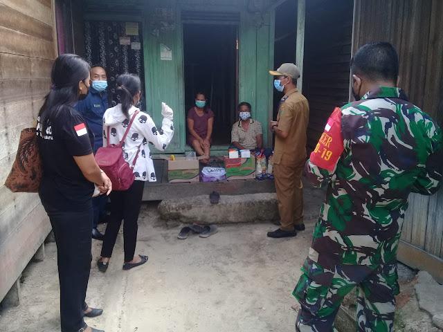 Ketua PPKM Mikro Desa Kupang Baru Serahkan Paket Sembako Bagi Warganya Yang Tengah Menjalani Isolasi Mandiri