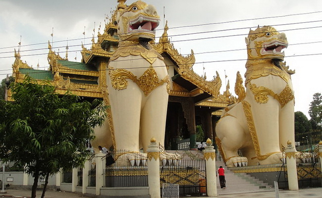 Xvlor Shwedagon Pagoda is 99 meter tall gold as Myanmar's holiest temple