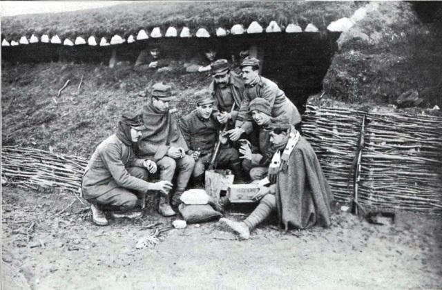 Soldados en las trincheras (fotografía de Argus publicada en el nº 51 de La Guerra Ilustrada)