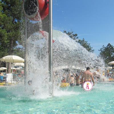 Фонтан воды на территории waterpark Aquamania Bulgaria