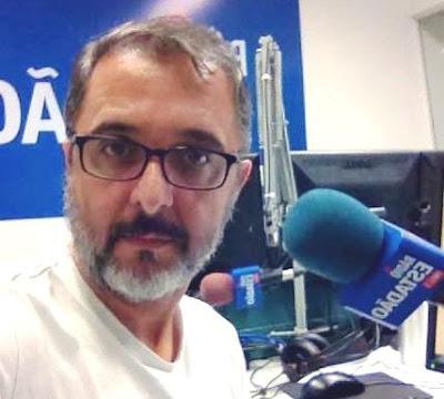 O repórter Marcel Naves, da Rádio Estadão: recebendo reclamações pelo whatsapp e verificando os problemas no local e transmitindo ao vivo. (Foto: acervo pessoal)