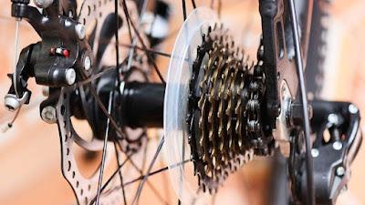 perhatikan komponen sepeda termasuk tekanan ban