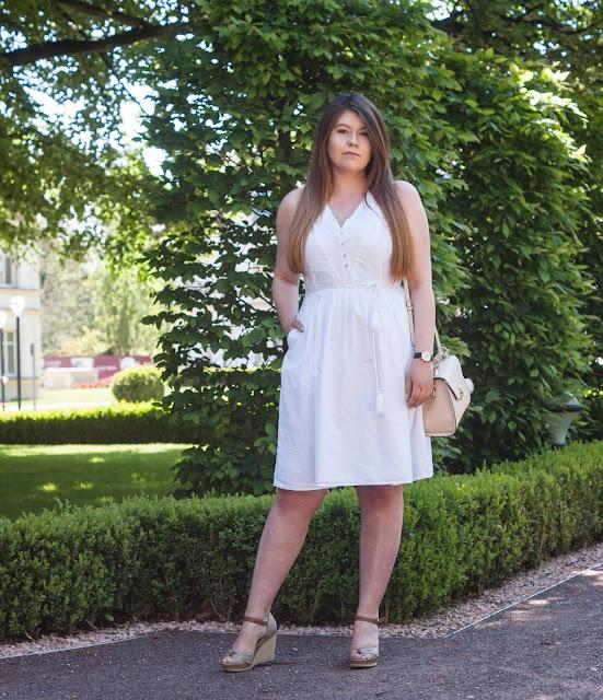 Biała sukienka z haftami na lato