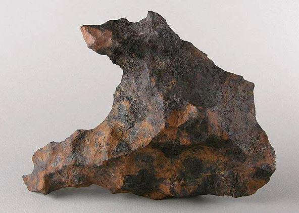 Fragment of an iron meteorite (2.6 g). The total mass of the found fragments is more than 30 tons. Fell about 20-40 thousand years ago in a few kilometers from Diablo Canyon, Arizona, USA.