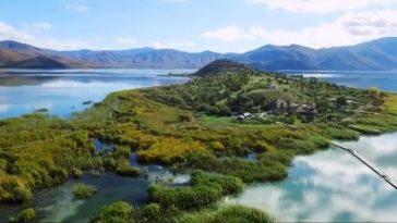 Στο ελληνικό νησάκι που δεν τολμούν να χτίσουν πάνω από 11 σπίτια, γιατί φοβούνται πως κάποιο θα γκρεμιστεί