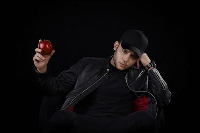 Rancore mentre stringe tra le mani una mela, la metafore delle scelte dell'uomo.