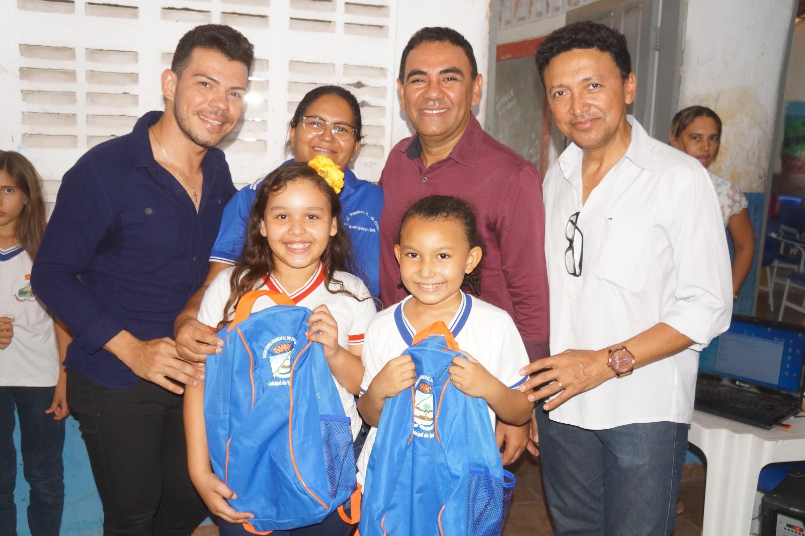 0a346c872 Prefeito Valderedo realiza entrega de kits escolar e material ...