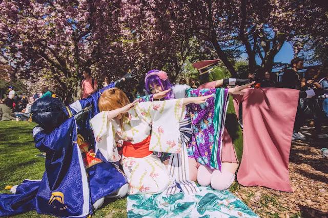 Đến vườn Auburn Botanic Gardens dịp lễ hội, bạn dễ dàng bắt gặp hình ảnh các gia đình hoặc nhóm bạn tụ tập dưới tán đào và trò chuyện cùng nhau. Đó là trải nghiệm thú vị về văn hóa Nhật Bản ngay tại xứ sở Kangaroo. Năm nay, lễ hội đặc sắc này sẽ diễn ra từ ngày 17-25/8, với giá vé 5 USD cho người lớn và miễn phí trẻ em.