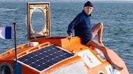 Homem atravessa o oceano atlântico em barco que lembra um barril sem nenhum motor
