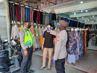 Urkes Polres Pelabuhan Makassar Cek Suhu Badan Masyarakat di Sekitar Pasar Sentral