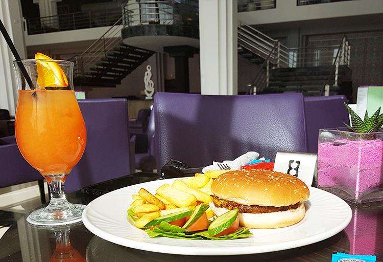 Burger au bar dans l'après-midi