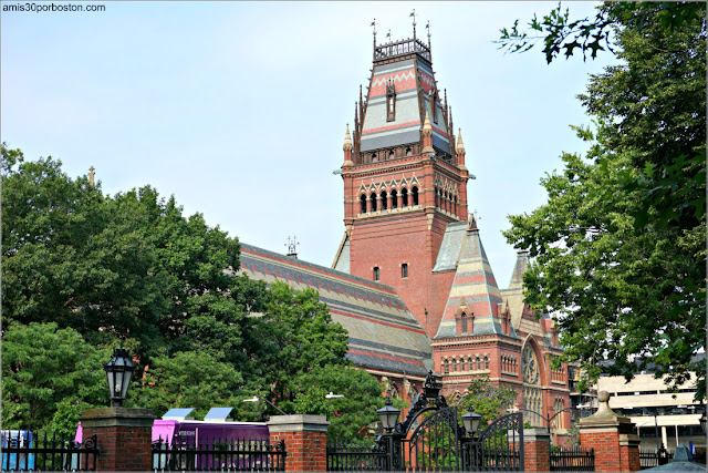 Memorial Hall desde el Campus Principal de Universidad de Harvard