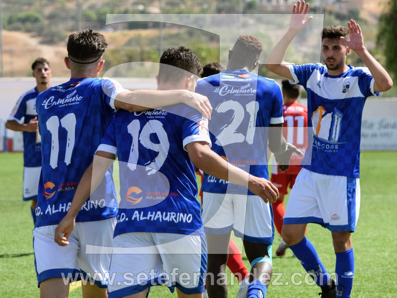 Los jugadores del CD Alhaurino celebran un gol ante el CD Torreperogil