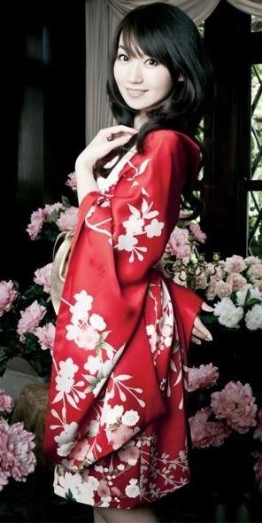 Foto de Nana Mizuki luciendo kimono
