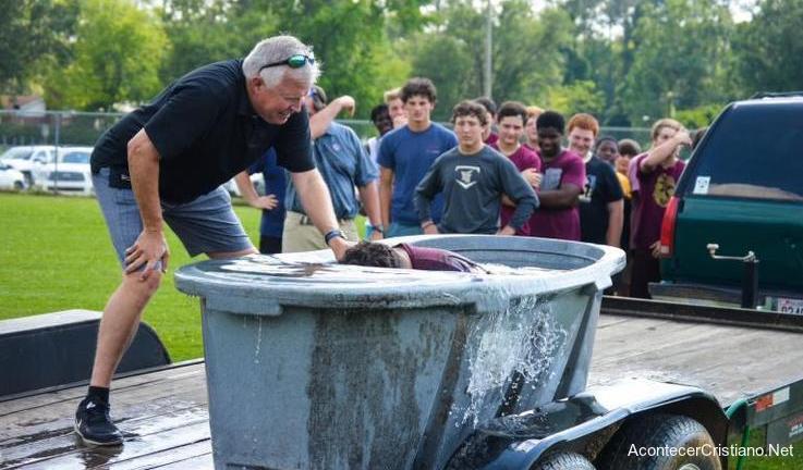 Pastor bautiza a estudiantes en escuela