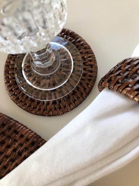 Servettring och coaster i brun rotting från Baolgi hos återförsäljare Longcoast Living.