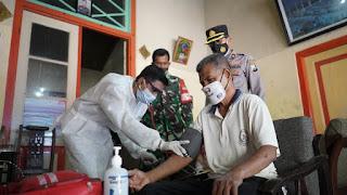 Polresta Probolinggo Datangi Langsung Vaksinasi  Lansia