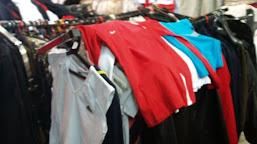 Sute de articole de îmbrăcăminte contrafăcute, retrase de la vânzare