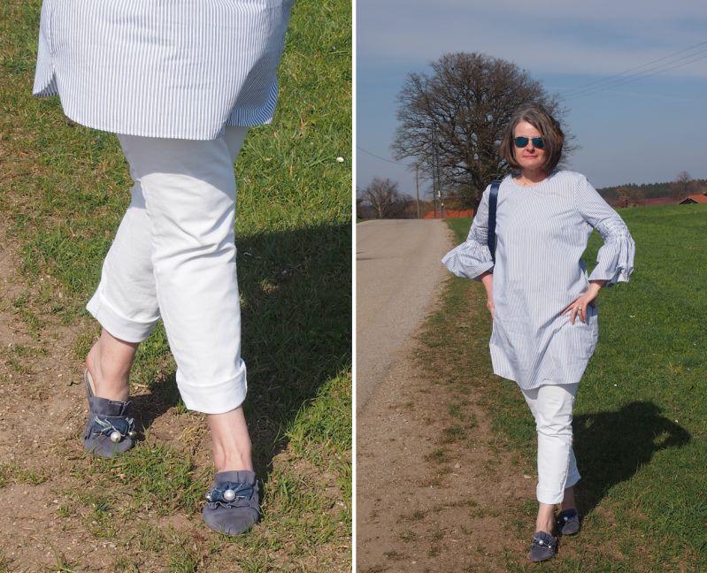 Longbluse mit feinen blauen Steifen zu samtigen Pantoletten kombiniert