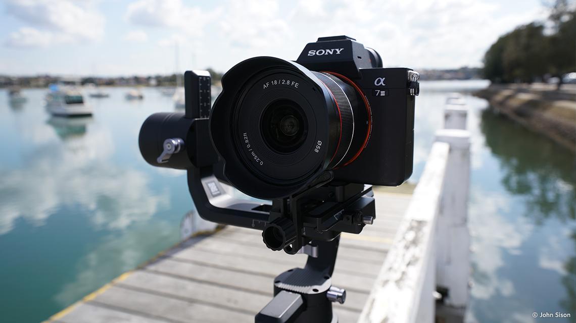 Камера Sony с объективом Samyang AF 18mm f/2.8 FE установлена на стабилизатор