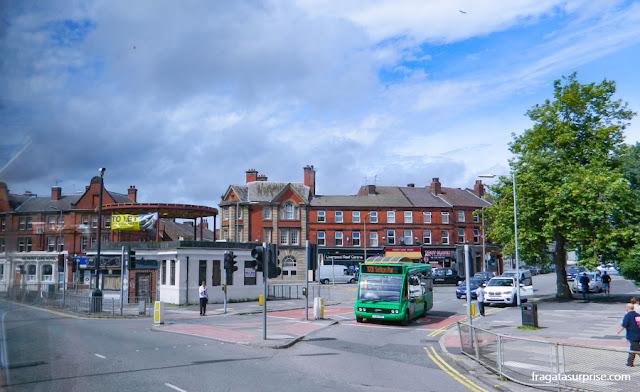 ônibus chegando a Penny Lane, em Liverpool