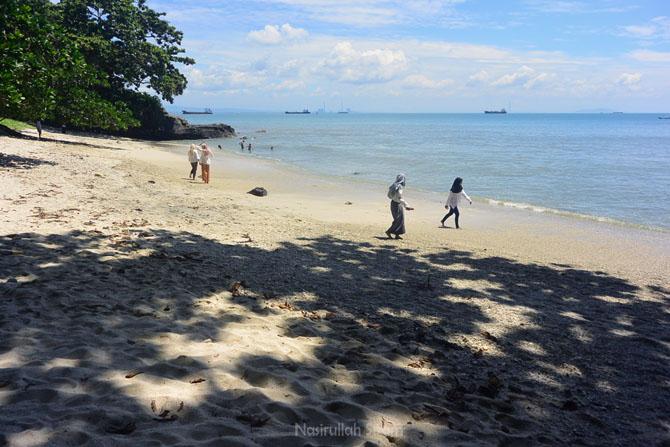 Pengunjung di Pantai Karang Pandan, Nusakambangan