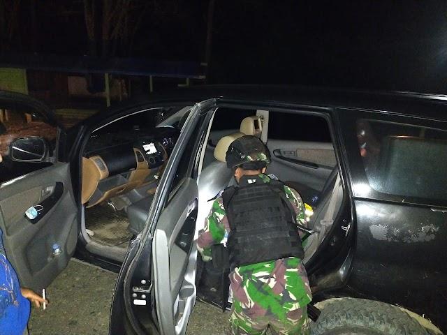 SATGAS PAMTAS YONIF RAIDER 100/PS POS KOUT,  LAKSANAKAN SWEEPING DI JALAN LINTAS SKAMTO-WORKWANA