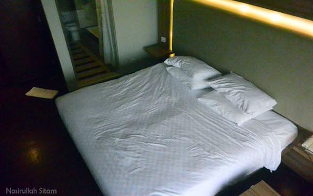 Kamar yang kupesan. Sudah berantakan duluan karena motretnya pagi setelah bangun tidur