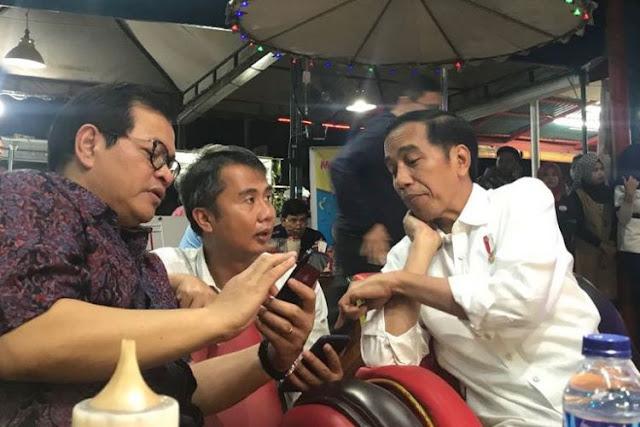 Presiden Joko Widodo saat nongkrong di Mata Air Resto, Kabupaten Dharmasraya, Sumatera Barat