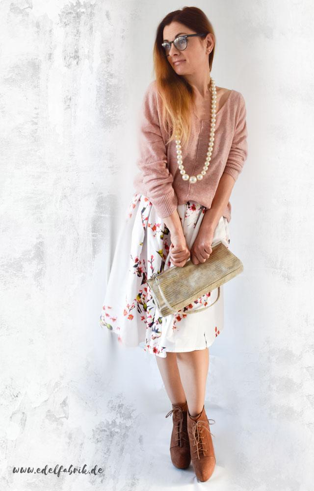 Weißer Rock mit Blumenprint zum Strickpullover in Rosa, die Edelfabrik, Hohe Schuhe