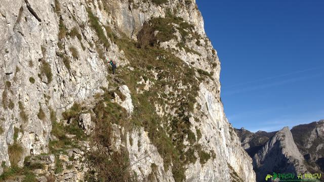 Cadena en la subida a la cueva del Sedo Vibolines