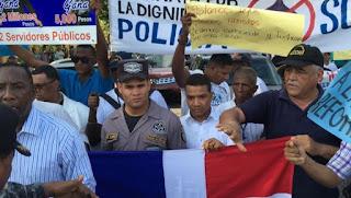 Familiares de agentes se concentran en estos momentos frente a Palacio de la Policía