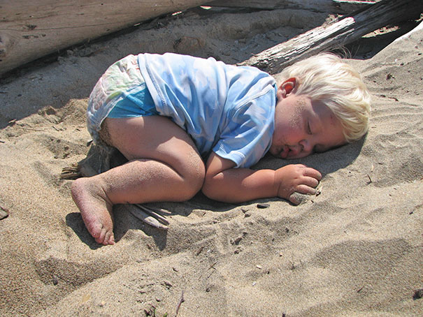15+ Hilarious Pics That Prove Kids Can Sleep Anywhere - Sandy Nap