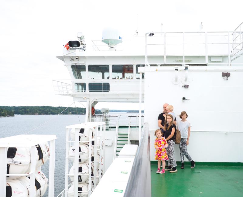 perhepotretti laivan kannella