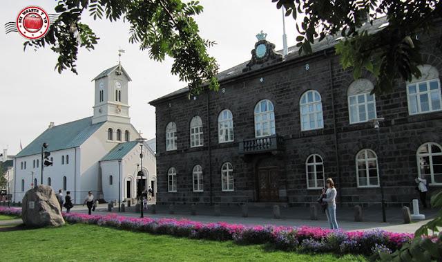 Alþingi y Domkirkja en Austurvöllur (Reykjavík)
