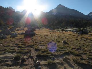 Die Morgensonne bringt etwas Wärme ins Dusy Basin