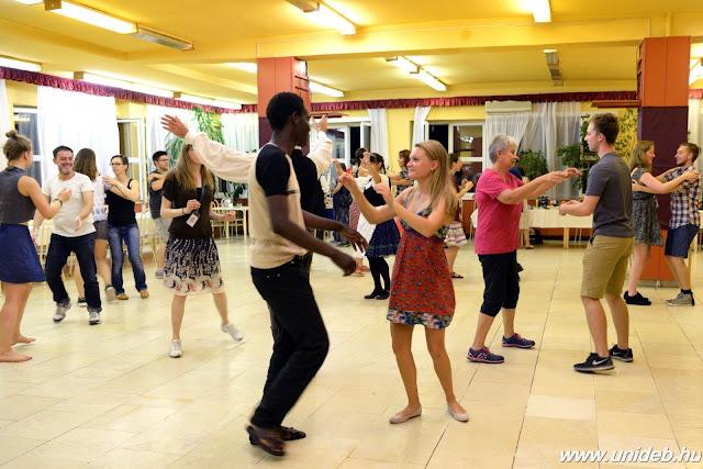 A program összeállításkor az éneket és táncot tanító páros, Nagy Edit és Veréb András olyan dalokat keresett, amelyeket akár tánc közben is tudnak énekelni a diákok. Egy alkalommal 3-4 nótát tanulnak, először csak olvassák a szöveget, majd megpróbálják együtt énekelni a tanárokkal. A talpalávalót a Szeredás Népzenei Együttes tagjai húzzák.