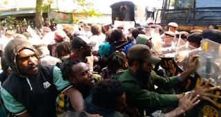 Aksi Demo Mahasiswa Papua Tuntut Kemerdekaan Diwarnai Saling-Dorong