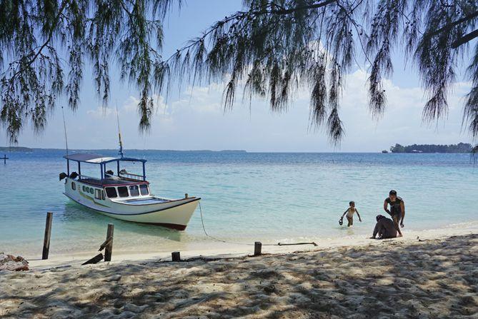 Wisatawan bermain air di dekat dermaga pulau Cilik Karimunjawa