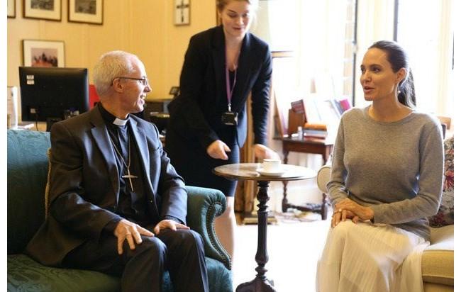 Angelina Jolie mostra demais em encontro