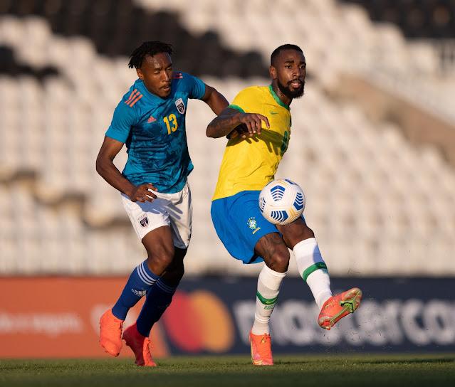 Gerson sendo marcado em amistoso da seleção olímpica brasileira contra Cabo Verde