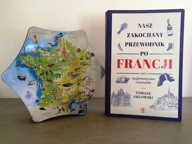 """Recenzje #141 - """"Nasz zakochany przewodnik po Francji czyli dyplomatyczne ratatouille"""" - okładka książki - Francuski przy kawie"""