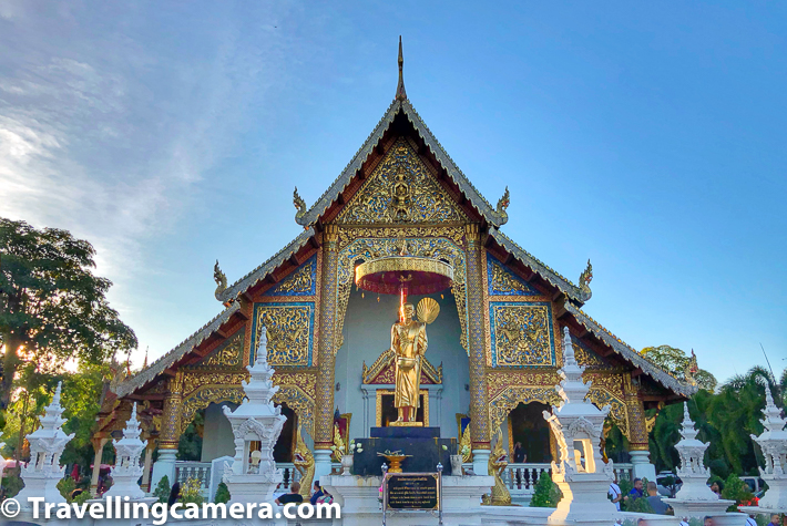 Wihan Lai Kham is the main attraction of the complex and has Phra Buddha Singh statue which is a prime example of classical Lanna architecture. The murals on the left show the history of Songthong and on the right the history of Suwanna Hongse.