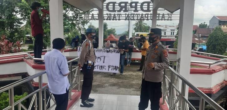 Kapolsek Pattallassang Pimpin Personil Kawal Aksi Demo di Kantor DPRD Takalar