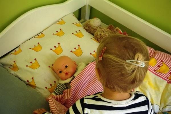 współny pokój dla trójki dzieci, wygodne białe łóżka