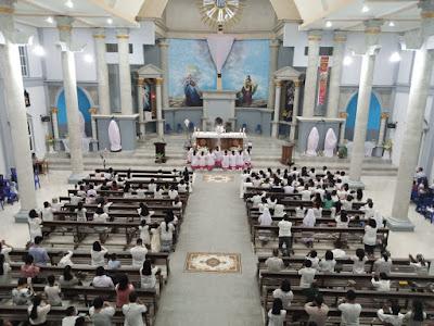 Suasana Misa Kamis Putih di Gereja St. Fransiskus Xaverius Tual, Kamis (01/04/2021) malam. Foto: Oce Renleuw