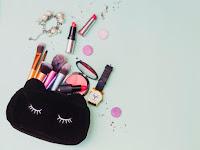 7 Beauty Product dalam Makeup Pouch yang Sebaiknya Dibawa Saat Travelling