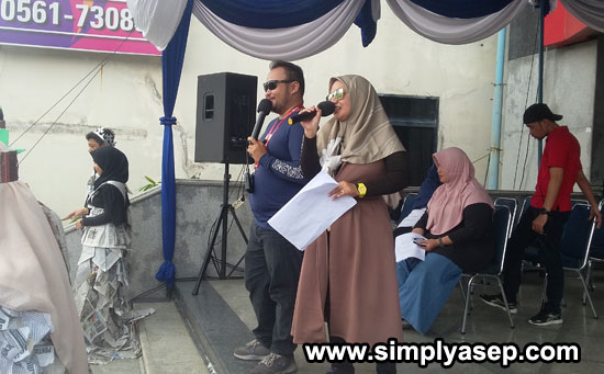 MC  BomBom Sri Wahyudi menjadi MC Langganan dalams etiap penyelenggaraan Pontianak Oktober Festival 2019 Pontianak Post. Saya sampai hafal nama dan orangnya Haha. Foto Asep Haryono