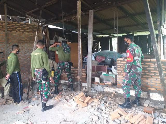 Personel Kodim 0207/Simalungun Melalui Babinsa Koramil 02/Siantar Timur Bantu Pengerjaan Bedah Rumah bersama Satsitardanus XLI